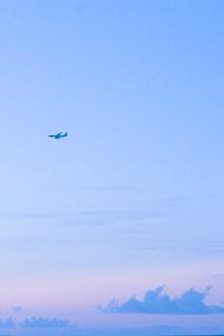夕暮れの空と飛行機の写真素材 [FYI02927914]