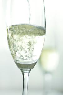 グラスに入った白ワインの写真素材 [FYI02927950]