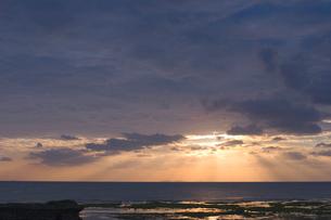 夕焼け空と雲間の光の写真素材 [FYI02927975]