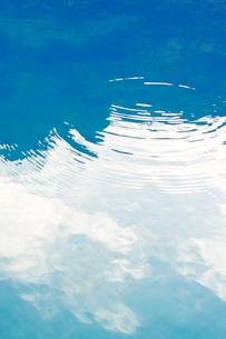 波紋と海面にうつる雲の写真素材 [FYI02927979]