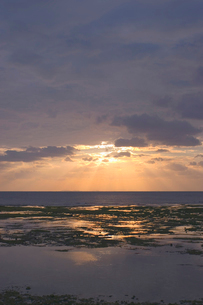 夕焼け空と雲間の光の写真素材 [FYI02927989]