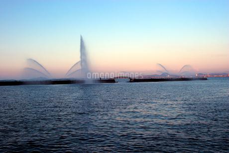 浜大津港水上の噴水の写真素材 [FYI02928078]