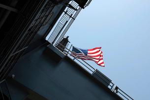 空母ミッドウェイの星条旗の写真素材 [FYI02928139]
