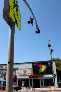 標識と街並の写真素材 [FYI02928202]