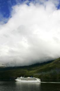 雲間からの青空と観光船の写真素材 [FYI02928220]