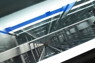 上昇するエレベーターのシャフト内部の写真素材 [FYI02928301]