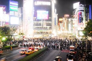 渋谷駅ハチ公前交差点の人ごみの写真素材 [FYI02928303]