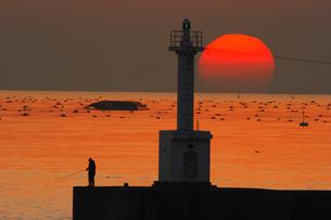 瀬戸内の夕日と釣り人の写真素材 [FYI02928474]