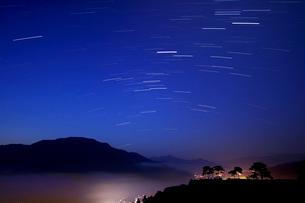 竹田城跡と星の光跡の写真素材 [FYI02928509]
