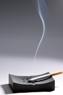 灰皿と煙草の写真素材 [FYI02928522]