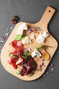 生ハムとチーズの盛り合わせの写真素材 [FYI02928561]