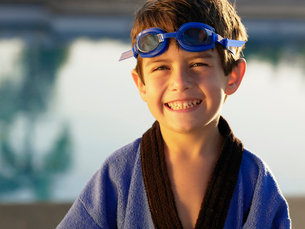Boy wearing swimming goggles and gownの写真素材 [FYI02928645]