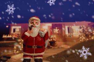 クリスマスイメージ(サンタクロース・家・雪の結晶) クラフトの写真素材 [FYI02928656]