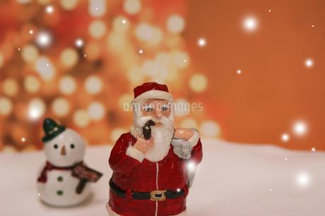 クリスマスイメージ(サンタクロース・雪だるま) クラフトの写真素材 [FYI02928658]
