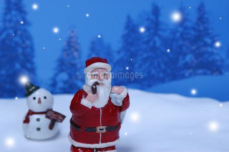 クリスマスイメージ(サンタクロース・雪だるま・雪) クラフトの写真素材 [FYI02928660]