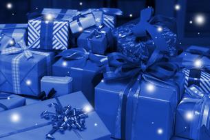 クリスマスイメージ(青いゼントの山・雪)のイラスト素材 [FYI02928662]