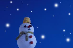 クリスマスイメージ(雪だるま・雪) クラフトの写真素材 [FYI02928663]
