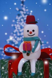プレゼントを抱えた雪だるま クラフトの写真素材 [FYI02928664]