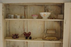 木製の棚のボウルや小物の写真素材 [FYI02928665]