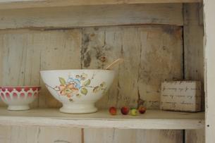 木製の棚のカフェオレボウルの写真素材 [FYI02928668]