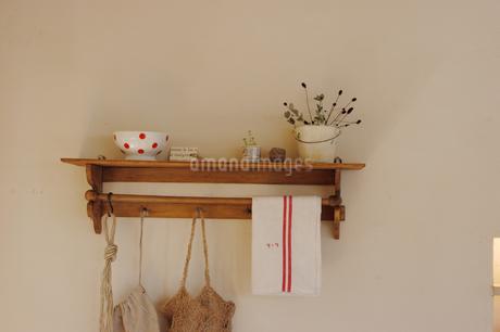 白壁につけられた棚の小物の写真素材 [FYI02928669]