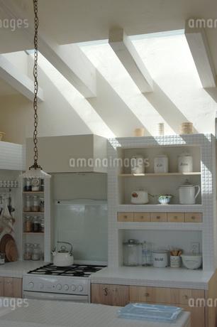 天窓のあるキッチンの写真素材 [FYI02928674]