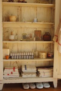 木製の棚のタオルや小物の写真素材 [FYI02928678]