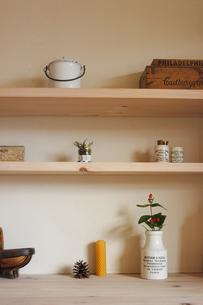 棚の上の花や小物の写真素材 [FYI02928682]