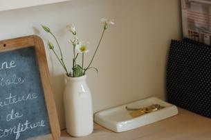 花瓶のトルコキキョウとメモボードの写真素材 [FYI02928683]