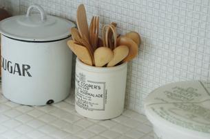 スプーンやフォークの入った陶器の入れ物の写真素材 [FYI02928694]