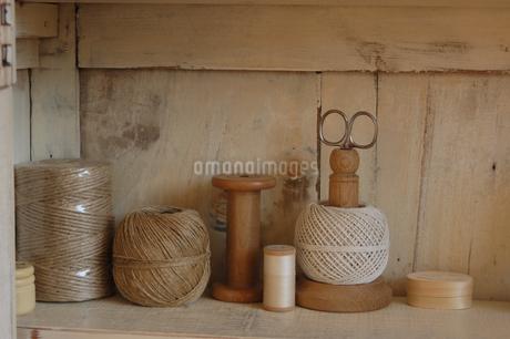 はさみや糸の洋裁道具の写真素材 [FYI02928702]