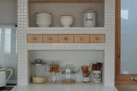 キッチンの棚に並んだ瓶の写真素材 [FYI02928703]