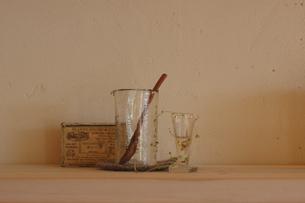 ガラス瓶に入った植物や小物の写真素材 [FYI02928705]
