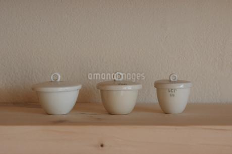 蓋のついた3個の陶器(白)の写真素材 [FYI02928707]