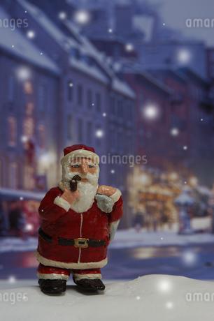 クリスマスイメージ(サンタクロースの人形・町並み) クラフトの写真素材 [FYI02928708]