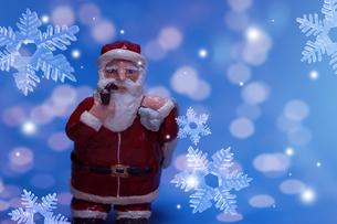 クリスマスイメージ(サンタクロース・雪の結晶) クラフトの写真素材 [FYI02928710]