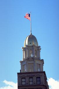 国旗を掲げた建物の写真素材 [FYI02929498]