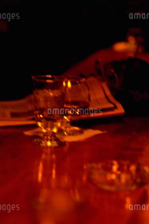 テーブルにおかれたグラスの写真素材 [FYI02929510]