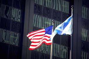 街角に掲げられた国旗の写真素材 [FYI02929514]