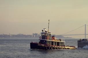 ニューヨークを離れる船の写真素材 [FYI02929520]