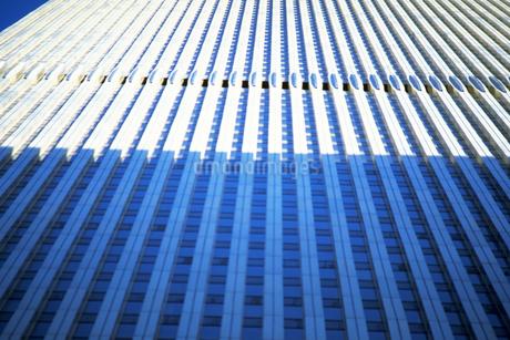 見上げるビルの写真素材 [FYI02929529]