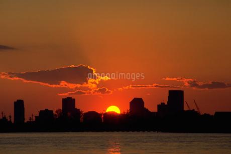 ビルの谷間に沈む夕陽の写真素材 [FYI02929538]