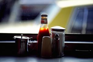 レストランのテーブルに置かれた調味料の写真素材 [FYI02929555]