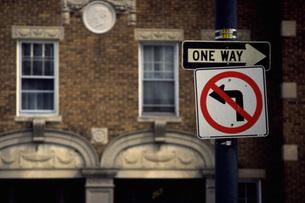 街角の標識の写真素材 [FYI02929567]