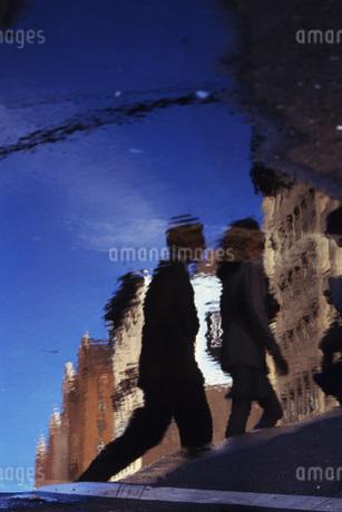 水面に映るビジネスマンの写真素材 [FYI02929596]