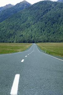 長く続く道の写真素材 [FYI02929602]