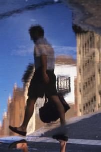 水たまりに映る人の写真素材 [FYI02929604]