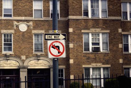 街角の標識の写真素材 [FYI02929607]