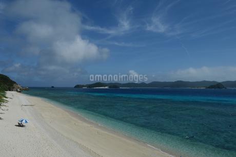 南国沖縄のエメラルドグリーンの海と白い砂浜の写真素材 [FYI02929797]