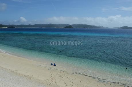 南国沖縄のエメラルドグリーンの海と白い砂浜の写真素材 [FYI02929908]